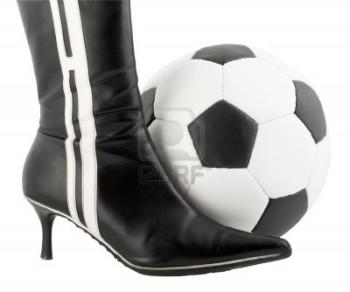 12820438-donna-scarpa-nera-e-pallone-da-calcio
