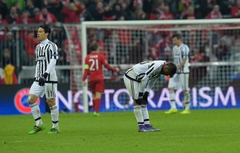 EDITORS NOTE: Graphic content / Juventus' midfielder from Brazil Hernanes (L) and Juventus' defender from France Patrice Evra look dejected after the UEFA Champions League, Round of 16, second leg football match FC Bayern Munich v Juventus in Munich, southern Germany on March 16, 2016. / AFP / TOBIAS SCHWARZ (Photo credit should read TOBIAS SCHWARZ/AFP/Getty Images)