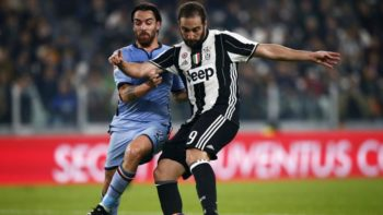 CORRECTION - Sampdoria's midfielder Luca Cigarini (L) fights for the ball with Juventus' forward Gonzalo Higuain from Argentina during the Italian Serie A football match Juventus vs Sampdoria at the Juventus stadium in Turin on October 26, 2016. / AFP / MARCO BERTORELLO / The erroneous mention[s] appearing in the metadata of this photo by MARCO BERTORELLO has been modified in AFP systems in the following manner: [Juventus vs Sampdoria] instead of [Sassuolo vs AS Roma]. Please immediately remove the erroneous mention[s] from all your online services and delete it (them) from your servers. If you have been authorized by AFP to distribute it (them) to third parties, please ensure that the same actions are carried out by them. Failure to promptly comply with these instructions will entail liability on your part for any continued or post notification usage. Therefore we thank you very much for all your attention and prompt action. We are sorry for the inconvenience this notification may cause and remain at your disposal for any further information you may require. (Photo credit should read MARCO BERTORELLO/AFP/Getty Images)