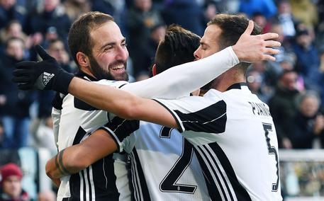 Juventus' players jubilates after scoring the goal during the Italian Serie A soccer match Juventus vs Lazio at Juventus Stadium in Turin, Italy, 22 January 2017 ANSA/ALESSANDRO DI MARCO