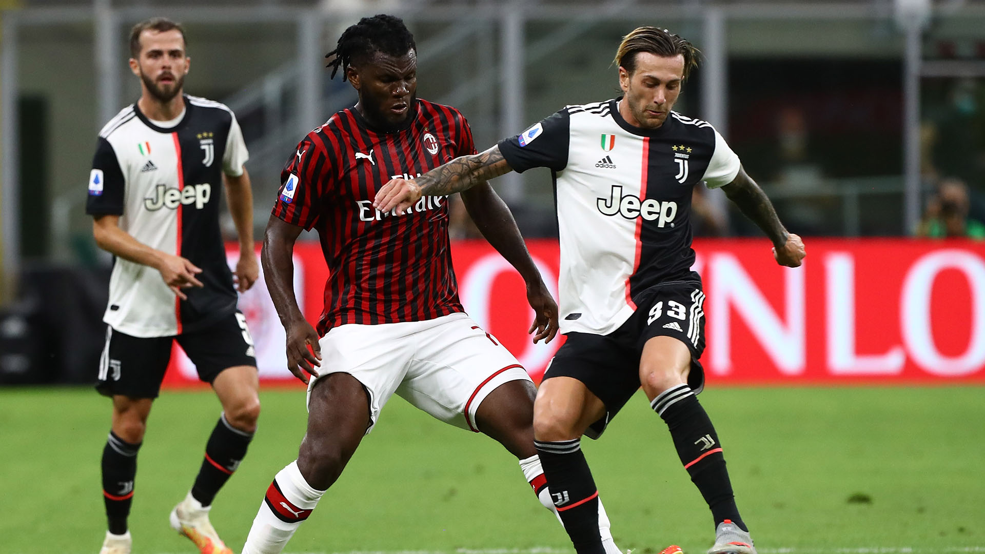 MILAN, ITALY - JULY 07:  Federico Bernardeschi (R) of Juventus FC competes for the ball with Franck Kessie (L) of AC Milan during the Serie A match between AC Milan and Juventus at Stadio Giuseppe Meazza on July 7, 2020 in Milan, Italy.  (Photo by Marco Luzzani/Getty Images)